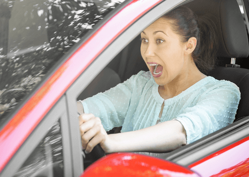 frau im auto vollbremsung