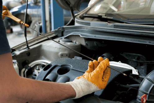 wartungsarbeiten auto ölstand messen